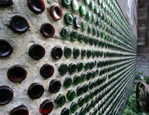 des bouteilles réutilisées dans un mur