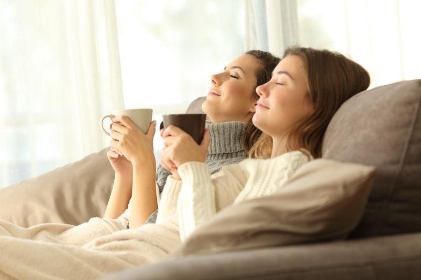femmes canapé à la maison